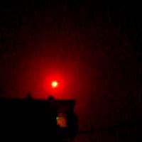 Μήπως κατα Λιόσια,Μενίδι,ζεφυρι κοκ πήρατε χαμπάρι μια τεράστια κόκκινη λάμψη στον ουρανό;