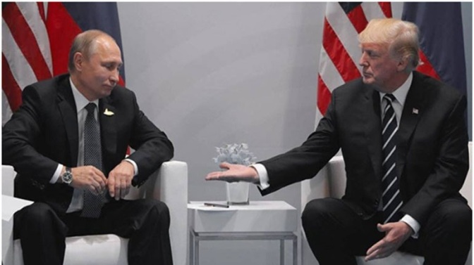 Επαναλήφθηκε σκηνή από το «House of Cards» με Τραμπ και Πούτιν