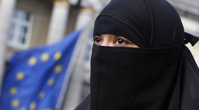 Μουσουλμάνες με hijab ή burqa εξηγούν ότι δεν είναι καταπιεσμένες. Αντιθέτως, είναι φεμινίστριες και έτσι δε χρειάζεται να βάφονται!!! (βίντεο)