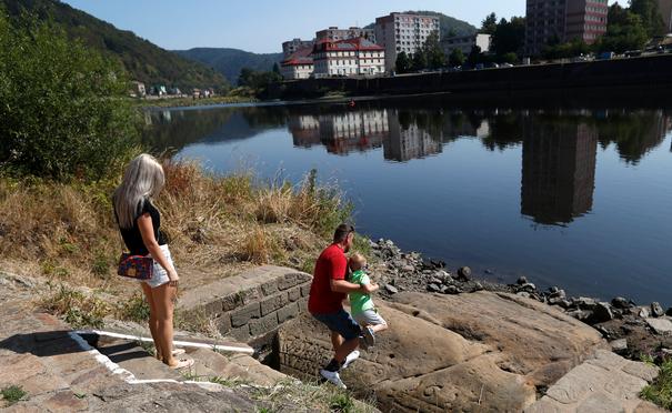 Αρχαίοι λίθοι «πείνας» αποκαλύφθηκαν στον ποταμό Ελβα λόγω της ξηρασίας