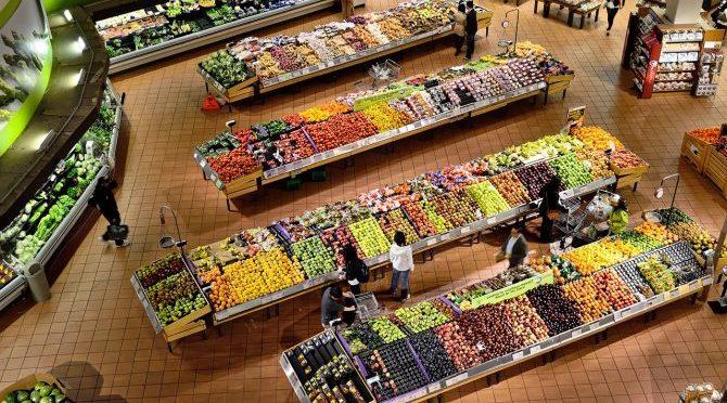 H Γαλλία είναι η πρώτη χώρα που αναγκάζει όλα τα σουπερμάρκετ να δίνουν το απούλητο φαγητό τους στους φτωχούς