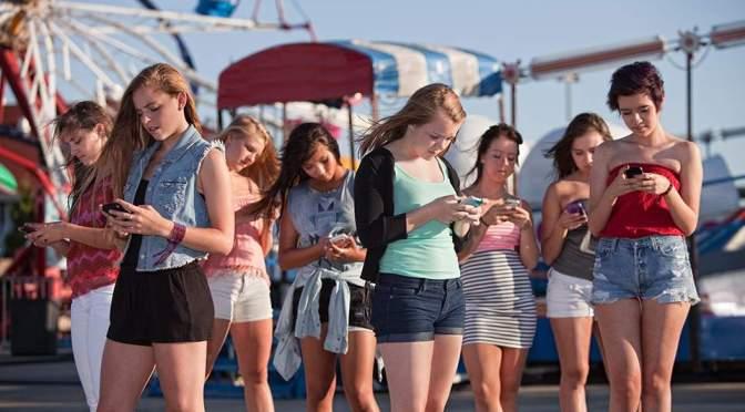 Νέοι με μικρά κέρατα λόγω αυξημένης χρήσης του κινητού
