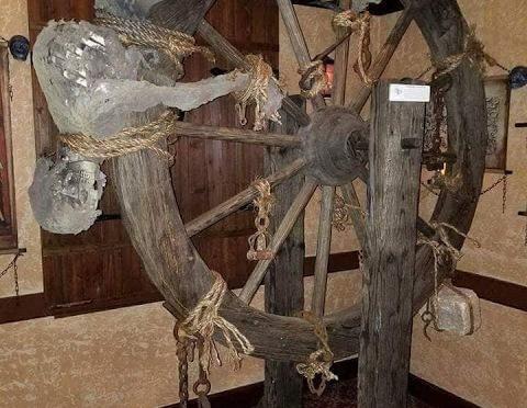 Πολύ σκληρές εικόνες από το μουσείο των βασανιστηρίων… Είναι η εποχή που οι χριστιανοί μετέδιδαν (επέβαλαν) την αγάπη του θεού και εκχριστιάνιζαν τους λαούς.