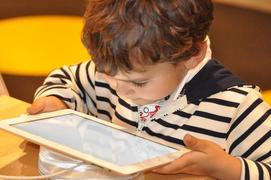 «Ψηφιακή ηρωίνη»: Πώς οι οθόνες μεταμορφώνουν τα παιδιά μας σε ψυχωτικούς τοξικομανείς