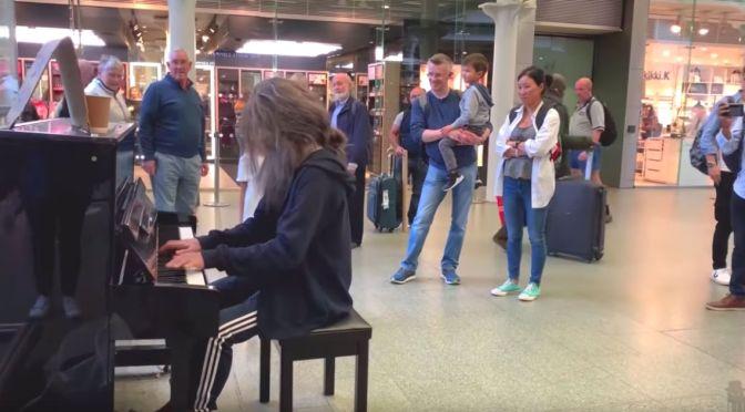Όταν ένας επαγγελματίας πιανίστας μεταμφιέζεται άστεγος… (βίντεο)