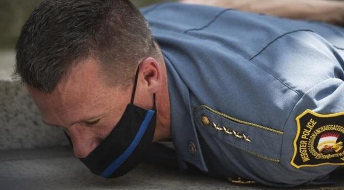 Συγκλονιστική στιγμή: Αρχηγός αστυνομίας στη Μασαχουσέτη ξαπλώνει στο έδαφος με τους διαδηλωτές
