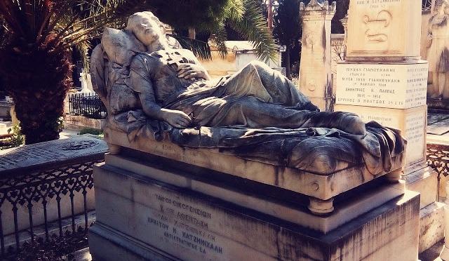 Είσοδος στον απόκοσμο κήπο του Α' Νεκροταφείου Αθηνών (pics)